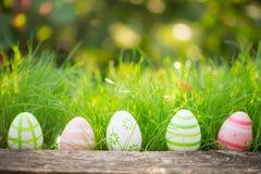 Wielkanocni jajka na zielonej trawie Obrazy Stock