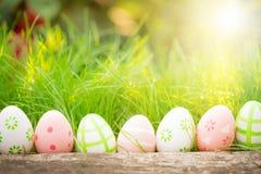 Wielkanocni jajka na zielonej trawie Zdjęcia Royalty Free