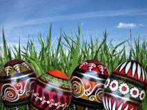 Wielkanocni jajka na zielonej trawy tle Fotografia Stock