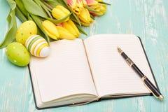 Wielkanocni jajka, pusta dzienna bela i tulipany, Obraz Royalty Free