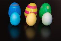 Wielkanocni jajka umieszczają na stole i farbują, klingeryt Obrazy Royalty Free