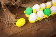 Wielkanocni jajka w żółtym kartonie Zdjęcia Stock