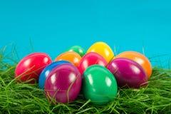 Wielkanocni jajka w busket na zielonych gras odizolowywali jedzenie Zdjęcia Stock