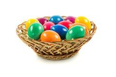 Wielkanocni jajka w busket na zielonych gras odizolowywali jedzenie Fotografia Stock