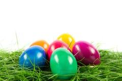 Wielkanocni jajka w busket na zielonych gras odizolowywali jedzenie Obraz Royalty Free
