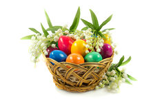 Wielkanocni jajka w busket na zielonych gras odizolowywali karmowego wakacyjnego postcrd Zdjęcie Stock