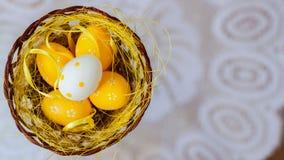 Wielkanocni jajka w gniazdeczku na białym tle biel zasznurowywają doily dekoracje świąteczne Odgórny widok Miejsce dla twój tekst Zdjęcie Stock