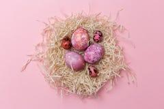 Wielkanocni jajka w gniazdeczku na różowym tle Wielkanocna tekstura obraz stock