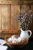Wielkanocni jajka w kosza i wierzby gałąź Zdjęcia Royalty Free