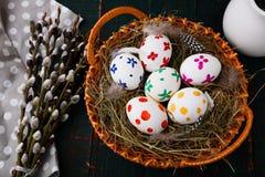 Wielkanocni jajka w kosza i wierzby gałąź na pielusze Fotografia Royalty Free