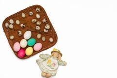 Wielkanocni jajka w kosza i zabawki króliku na białym tle Obrazy Royalty Free