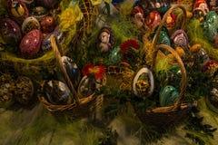 Wielkanocni jajka w kosza zakończeniu up obraz stock