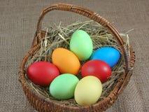Wielkanocni jajka w koszu Zdjęcia Royalty Free
