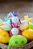 Wielkanocni jajka w koszu obraz royalty free