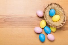 Wielkanocni jajka w koszu na drewnianym tle zdjęcia royalty free
