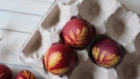 Wielkanocni jajka w koszu na nieociosanym drewnianym tle Stubarwni Wielkanocni jajka na bia?ym tle wielkanoc szcz??liwy zdjęcie wideo