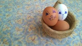 Wielkanocni jajka w koszu na unpainted drewnianym stole obraz royalty free