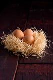Wielkanocni jajka w koszu siano Obrazy Stock