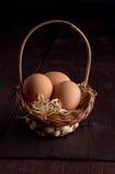 Wielkanocni jajka w koszu siano Zdjęcie Royalty Free