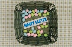 Wielkanocni jajka w koszu z notatką Zdjęcie Royalty Free