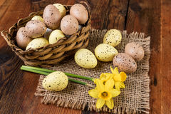 Wielkanocni jajka w koszykowej Retro dekoraci pastelowym kolorze na starym drewnianym stole Zdjęcia Stock