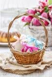 Wielkanocni jajka w łozinowym koszu Obrazy Stock