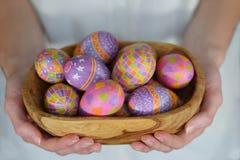 Wielkanocni jajka w pucharze w kobiet rękach zdjęcie stock