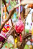 Wielkanocni jajka wiesza od drzewa Zdjęcia Royalty Free