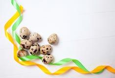 Wielkanocni jajka z colourfulll taśmami na drewnianym tle Odgórny widok z etykietką dla kopii przestrzeni fotografia stock