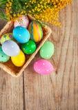 Wielkanocni jajka z gałąź mimoza kwiaty Obraz Stock