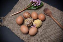 Wielkanocni jajka z jajkami na jutowym tle Obrazy Stock