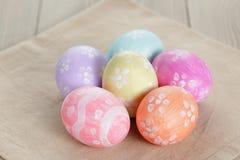 Wielkanocni jajka z kwiatami, handmade malujący jajka obrazy royalty free