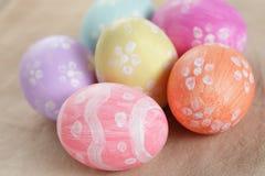 Wielkanocni jajka z kwiatami, handmade malujący jajka fotografia stock