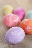 Wielkanocni jajka z kwiatami, handmade malujący jajka fotografia royalty free