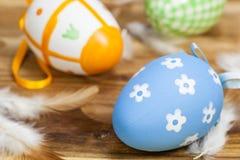 Wielkanocni jajka z piórkami Obrazy Royalty Free
