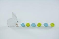 Wielkanocni jajka z zabawkarskim Wielkanocnym królikiem z rzędu Obrazy Royalty Free