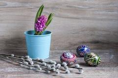 Wielkanocni kolorów jajka, hiacynt i palma obraz stock