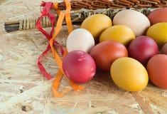 Wielkanocni kolorowi jajka i witka Zdjęcie Royalty Free