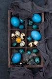 Wielkanocni kolorowi jajka w dekoracyjnym drewnianym pudełku, odgórny widok obraz stock
