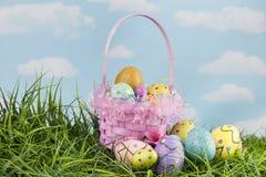 Wielkanocni koszykowi i dekorujący jajka w trawie obraz royalty free