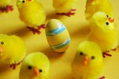 Wielkanocni kurczątka & jajko fotografia stock