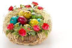 Wielkanocni przepiórek jajka w łozinowym koszu Zdjęcia Stock