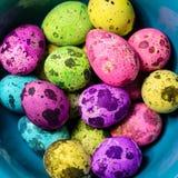 Wielkanocni stubarwni farbujący jajka fotografia royalty free