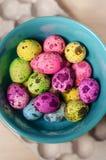 Wielkanocni stubarwni farbujący jajka obrazy stock