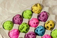 Wielkanocni stubarwni farbujący jajka zdjęcia royalty free