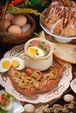 Wielkanocni tradycyjni naczynia na wiejskim drewnianym stole Zdjęcie Stock
