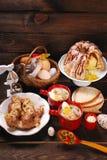 Wielkanocni tradycyjni naczynia na wiejskim drewnianym stole Obraz Royalty Free