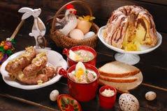 Wielkanocni tradycyjni naczynia na wiejskim drewnianym stole Zdjęcia Royalty Free