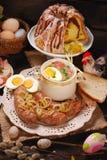 Wielkanocni tradycyjni naczynia na wiejskim drewnianym stole Zdjęcia Stock