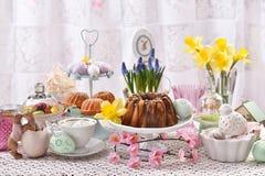 Wielkanocni tradycyjni torty na świątecznym stole zdjęcia royalty free